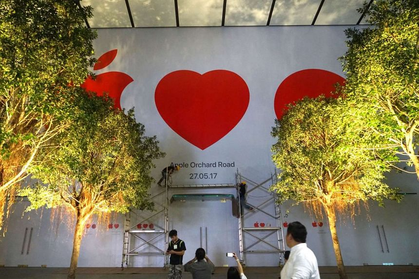Close to midnight of May 16, 2017, workers were seen adding the opening date to the front facade of the Apple store at Knightsbridge mall.