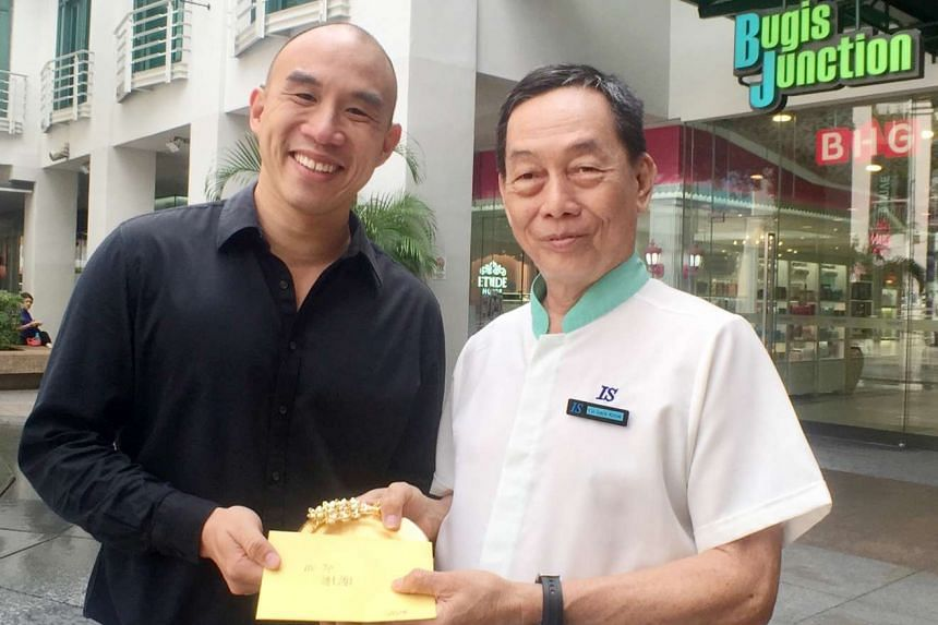 Mr Xie (left) thanking Mr Yip for returning his lost bag containing jewellery worth $20,000.