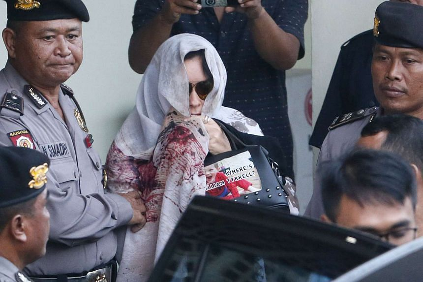 Australian Schapelle Corby (centre) is escorted by Bali police at the parole office in Denpasar, Bali, May 27, 2017.