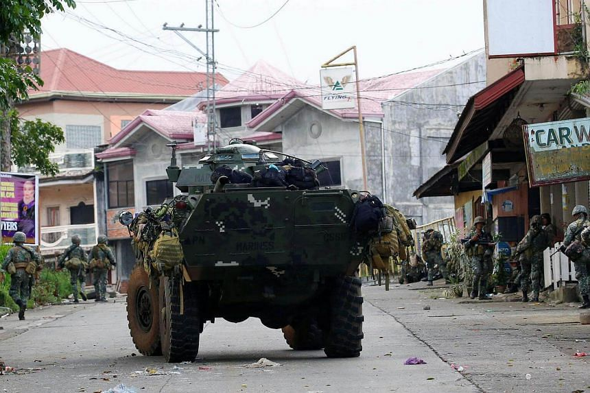 Members of Philippine Marines advance their positions as they prepare to assault the Maute group in Marawi City, on May 28, 2017.