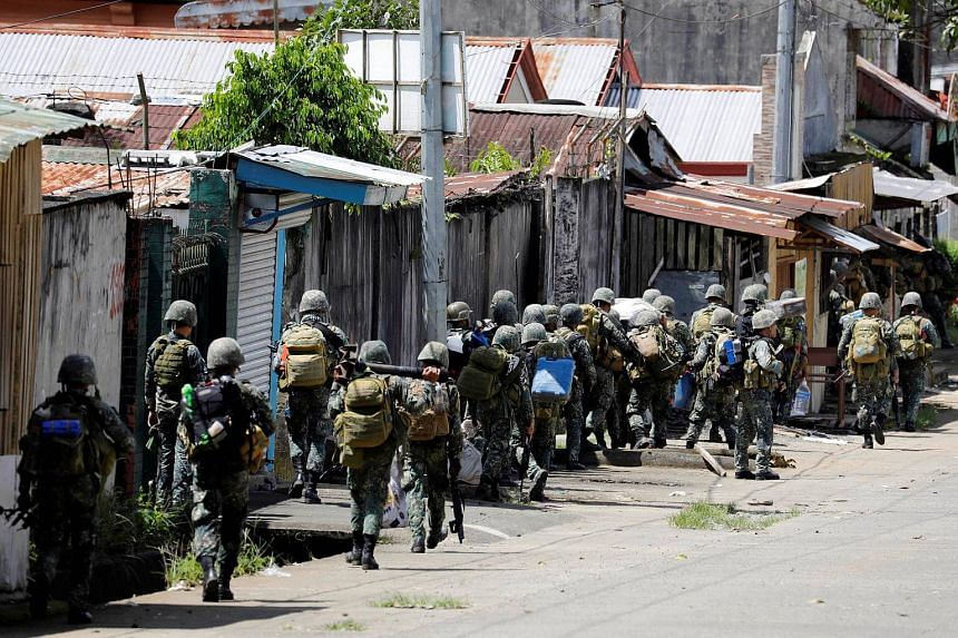 Philippine Marines advance their positions as more soldiers reinforce to fight the Maute group in Marawi City, on May 29, 2017.