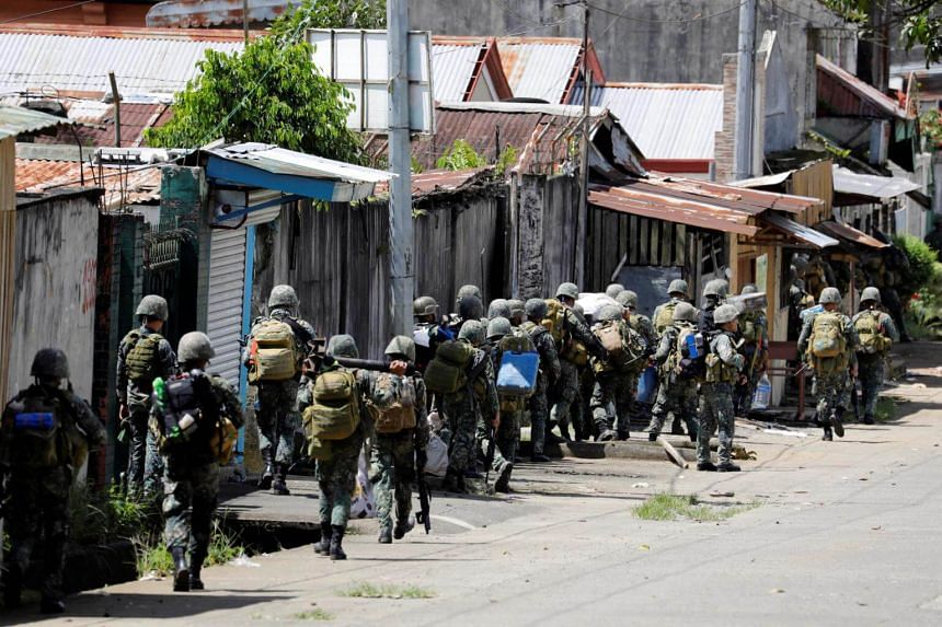 Philippine Marines advance their positions as more soldiers reinforce to fight the Maute group in Marawi City in southern Philippines on May 29, 2017.