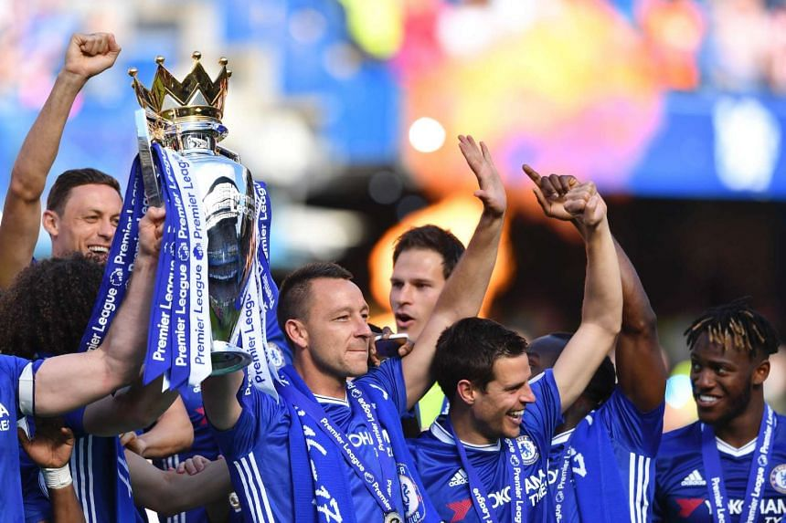 John Terry (centre right) and teammates hold the English Premier League trophy.