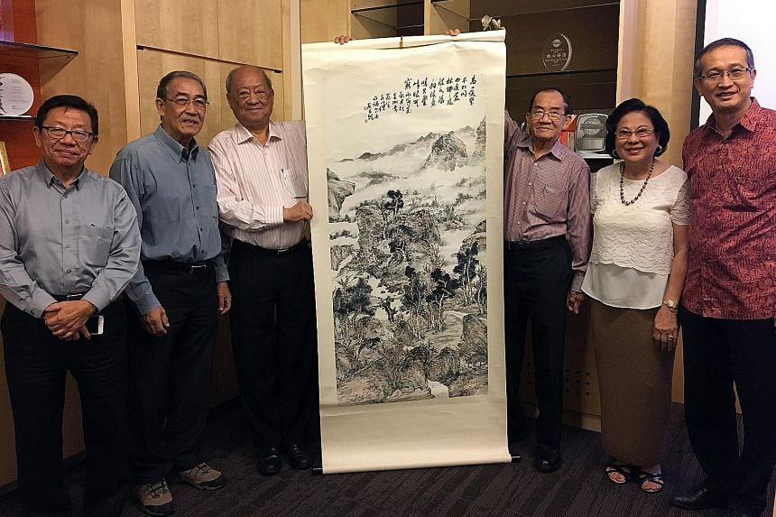 (From left) Artist Nai Swee Leng; artist Lim Kay Hiong; Dr Phua Kok Khoo, a director of Chui Huay Lim Club; Mr Paul Yao; Ms Teresa Yao, daughter of the late artist Fan Chang Tien; and Professor Heng Chye Kiang, with an artwork by Fan.