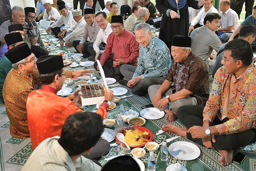 PM Lee Hsien Loong about to break fast with (from far right) Ang Mo Kio GRC MP Daryl David; Al-Muttaqin Mosque vice-chairman Sulaiman Musa; mosque chairman Paiman Supangat; and Ang Mo Kio GRC MP Koh Poh Koon, as well as (opposite him) Muis president