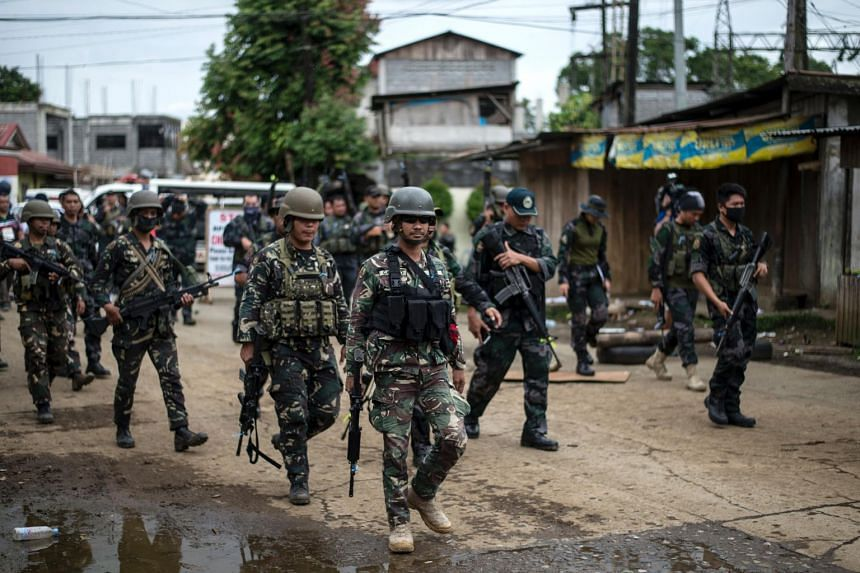 Soldiers conduct a house-to-house clearing operation against Islamist militants in Marawi, on the southern island of Mindanao on June 7, 2017.