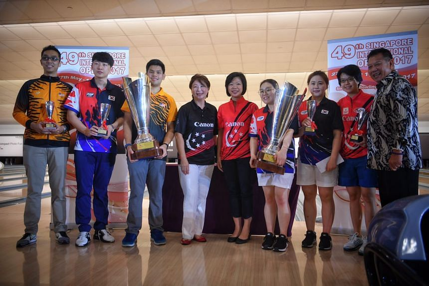 Singapore Bowling Federation President Jessie Phua and Senior Minister of State, Ministry of Culture, Community and Youth Sim Ann pictured with winners of the 49th Singapore International Open finals.