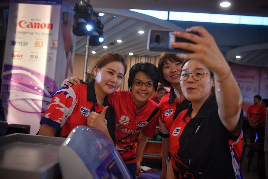 Singaporean bowler Cherie Tan (centre), who finished in third place, takes a selfie with South Korean bowlers.