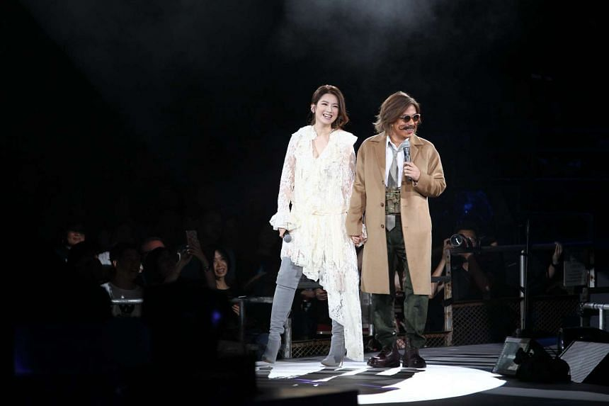 Lyricist Andrew Lam holding hands with actress Christine Kuo and singing at the concert, which is a showcase of his songs.