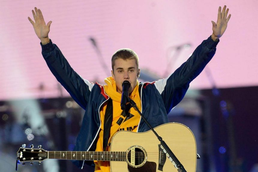 Justin Bieber dodged a flying water bottle that was thrown at him, after he told the audience that he could not sing the song Despacito at the Summerburst Festival in Stockholm.