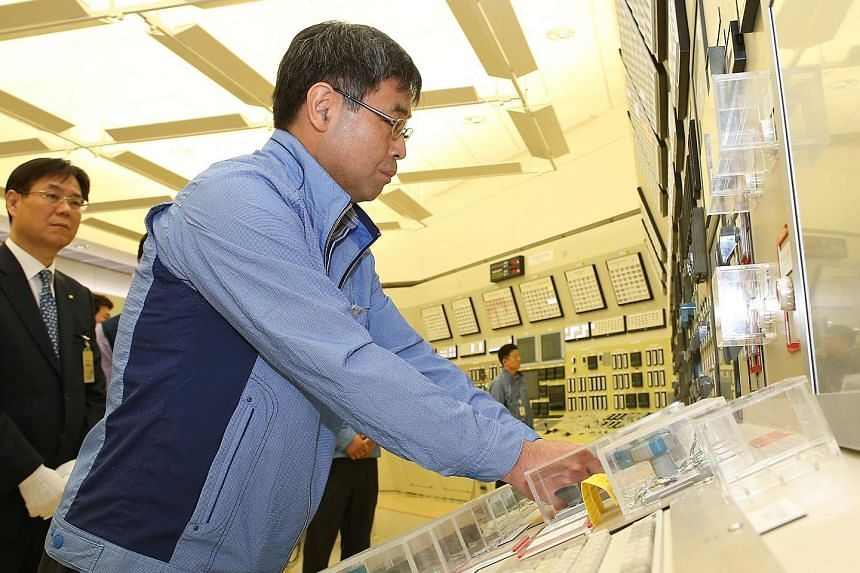 An official shutting down the power supply line of the Kori-1 nuclear reactor in Busan on Sunday.