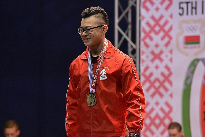 Singapore teenager Matthew Yap set a world squat record of 208kg in the men's Under-66kg sub-junior division at the World Classic Powerlifting Championships on Sunday.
