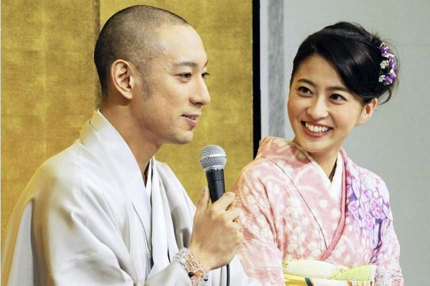 Newscaster Mao Kobayashi and her husband Ichikawa Ebizo in 2010. Kobayashi died on June 22 after a battle with breast cancer.