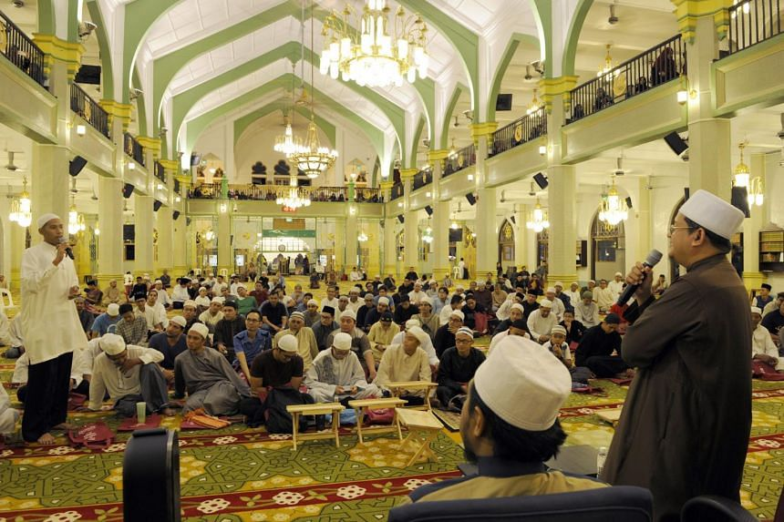 Singapore Mufti Dr Mohamed Fatris Bakaram (right), speaking at a dialogue session entitled Ramadam Night Of Power, held at the Sultan Mosque.