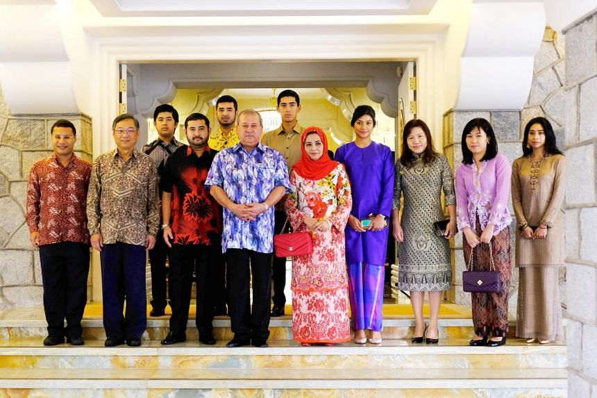 Minister for Health Gan Kim Yong, Minister in the Prime Minister's Office and Second Minister for Home Affairs and National Development Desmond Lee, and their spouses with the Sultan of Johor, His Royal Highness Sultan Ibrahim Ibni Almarhum Sultan