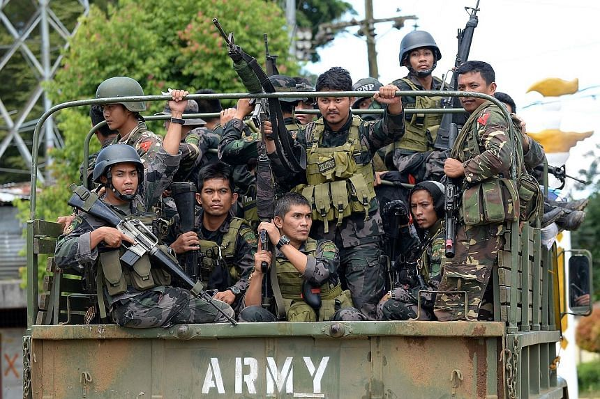 Members of the Philippine police special action force on their way to the front line in Marawi as the battle to retake the city drags on. Experts say the effort is taking so long because the soldiers sent there are used to conventional warfare in jun