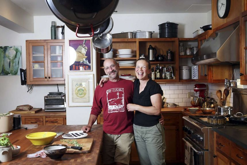 Laura Ohm and Fred Lifton prepare lamb bolognese, which they plan to eat on a camping trip, at home in Portland, Oregon. PHOTO: NYTIMES