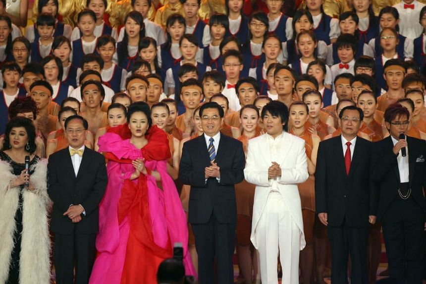 Ms Peng Liyuan (in pink) performing in the finale of HKSAR 10th anniversary celebration event, on June 30, 2007.