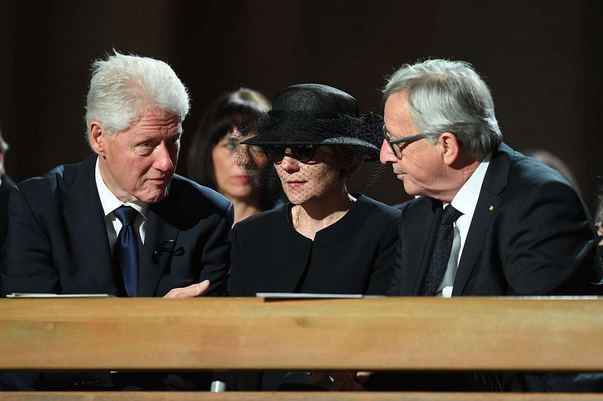 Kohl's widow Maike Kohl-Richter with former US president Bill Clinton (left) and European Commission President Jean-Claude Junker.