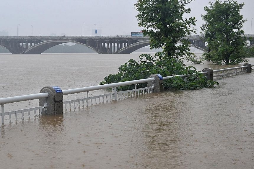 Yesterday, the water level of the Xiangjiang, a major river in Hunan province, rose to 38.37m at the Changsha hydrological station, 2.37m above the alarm level. This caused flooding in Changsha, capital of the central Chinese province. Since June 22,
