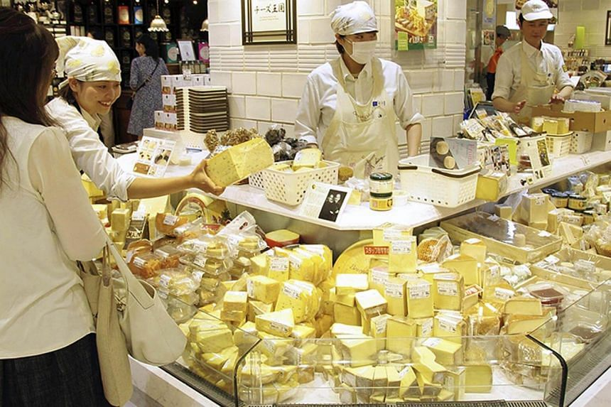 More and more customers use imported cheese, such as that seen here at Cheese Oukoku's Ginza branch in Tokyo, for dishes on a daily basis.