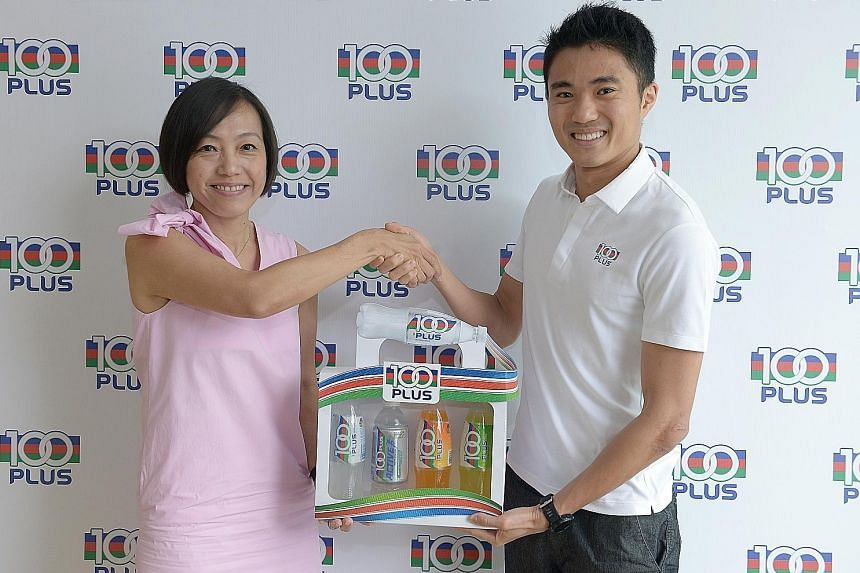 Jennifer See, general manager of F&N Foods, and national marathoner Mok Ying Ren at his appointment as 100Plus ambassador.