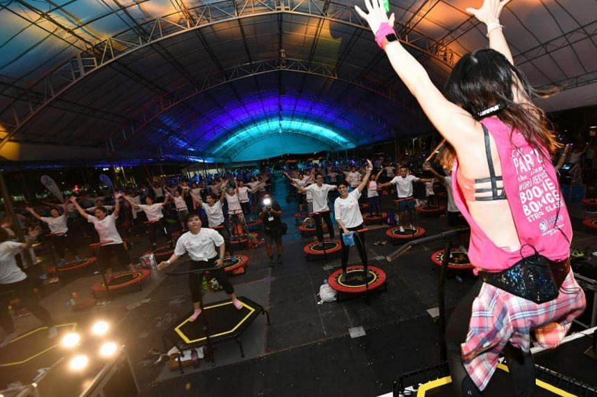 For five minutes at a fitness fair held at The Lawn @ Marina Bay on Saturday evening (July 8), 375 participants jumped on their own mini-trampoline.