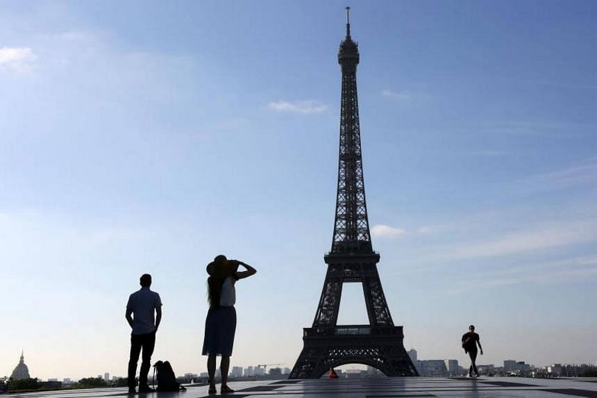 Around  20 tourists were robbed by thieves while waiting for shuttle buses outside a hotel near the Charles de Gaulle airport.