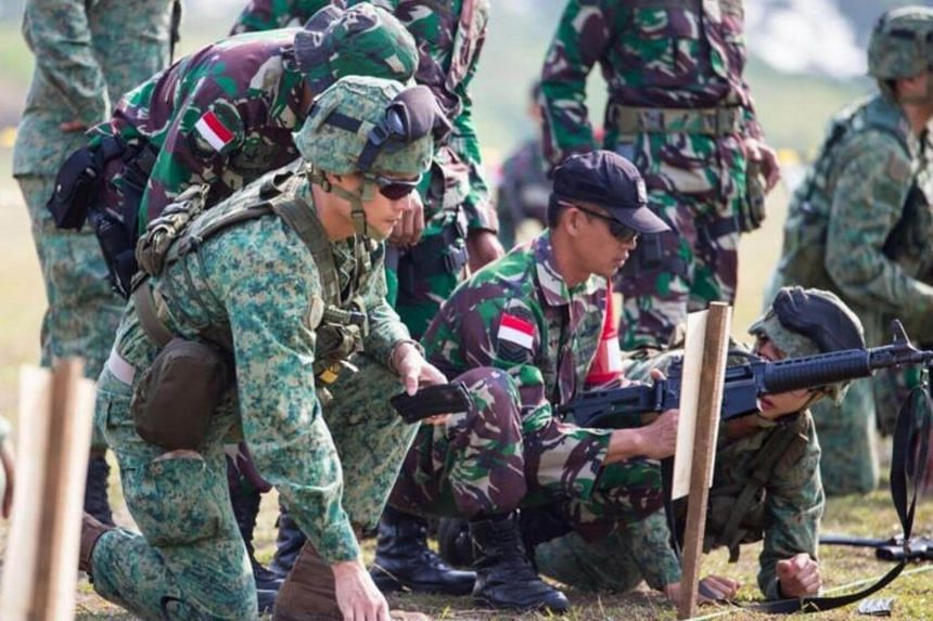 The Singapore Armed Forces (SAF) Commandos and the TNI KOPASSUS at a cross-weapon familiarisation shoot during Exercise Chandrapura 2017.