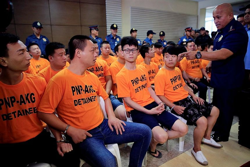 Philippine National Police chief Ronald de la Rosa addressing some of the 43 foreign suspects, mostly Chinese nationals, at the police headquarters in Quezon City yesterday. On Tuesday, an anti-kidnapping unit rescued Singaporean Wu Yan from a syndic