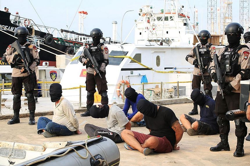 Indonesian police watching over five Taiwanese crew members arrested last Sunday from a boat that had allegedly transported a tonne of crystal meth, in Batam. At an event in Jakarta on Friday night, President Joko Widodo warned that the drug situatio