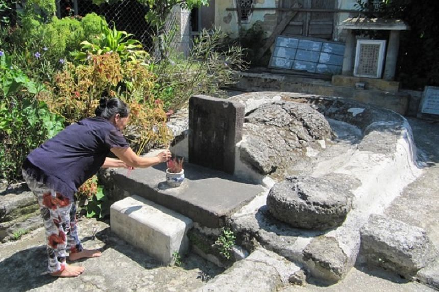 A Hoi An resident preserves the 17th-century tomb of a Japanese businessman. PHOTO: VIETNAM NEWS