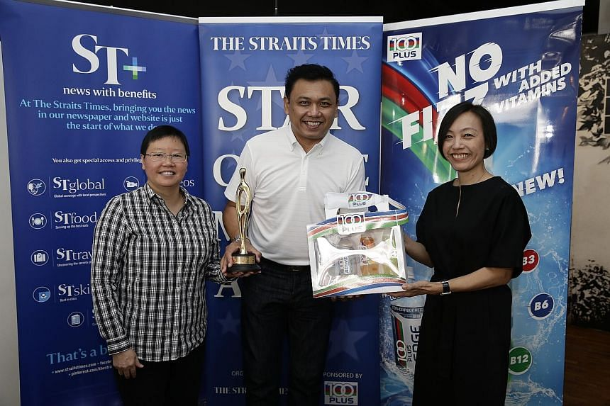 Singapore darts player Harith Lim poses with The Straits Times' Star of the Month award alongside ST Sports Editor lee Yulin (left) and Jennifer See, general manager of F&N Foods Singapore. He won the award with Paul Lim (above), who is based in Hong