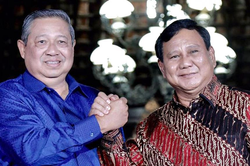 Indonesia's former president Susilo Bambang Yudhoyono (in blue) and opposition leader Prabowo Subianto on Thursday agreed to cooperate but said no coalition had been formed between their parties.
