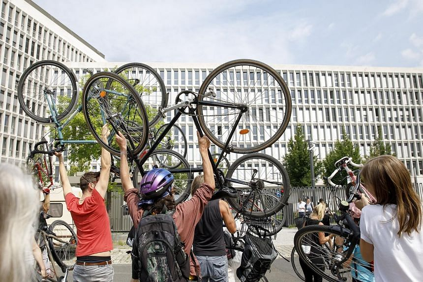 Activists holding up their bicycles in protest in front of the Interior Ministry in Berlin yesterday. The protests forced a change of venue for talks between the German government and the car industry on the fate of diesel engines.
