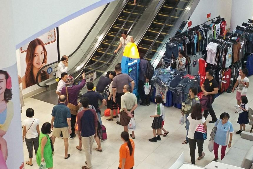 A crowd gathering around the scene, after the woman tumbled more than 10 steps down the escalator. PHOTO: ELSON HIT