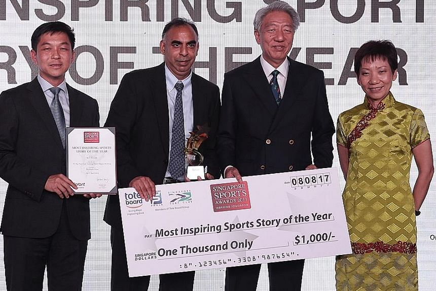 Rohit Brijnath receiving the Most Inspiring Sports Story award from (from left) SNOC president Tan Chuan-Jin, Deputy Prime Minister Teo Chee Hean and Grace Fu, Minister for Culture, Community of Youth.