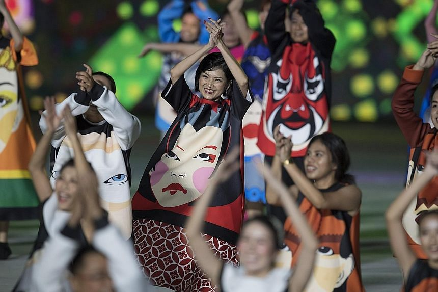 In a celebration of Singapore's diverse cultures, about 400 performers from the People's Association put up a display symbolising a banquet attended by those from different segments of society. Intricate formations such as a beating heart were part o