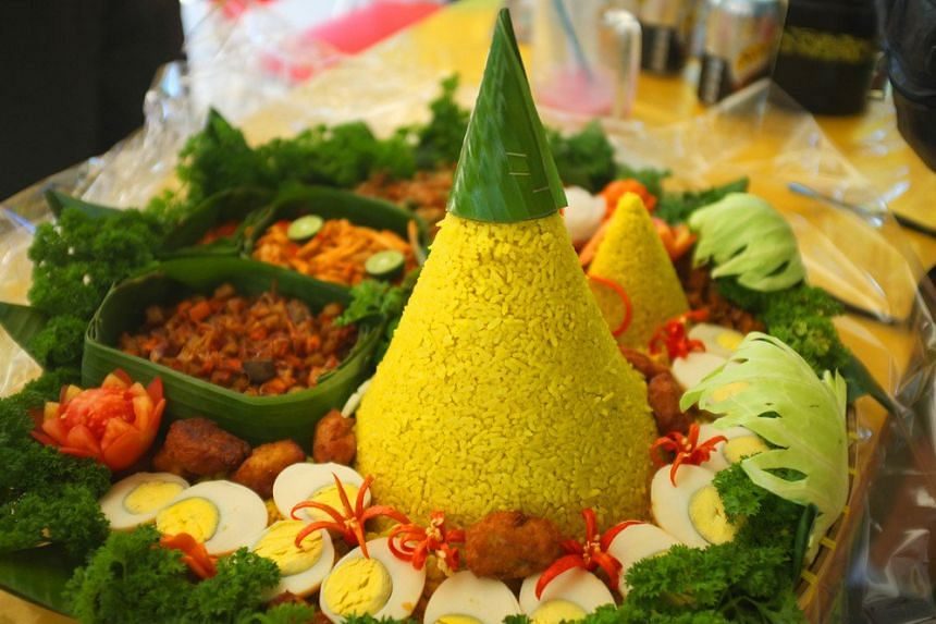Traditionally, tumpeng is served with seven assorted dishes, presenting different elements of foods, such as vegetables, sea and land animals.