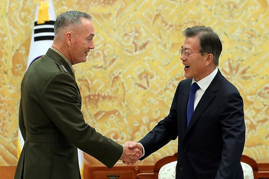 Visiting US General Joseph Dunford meeting President Moon Jae In in the Presidential Blue House yesterday. The American reassured the South Korean leader that Washington would closely coordinate any action with Seoul.