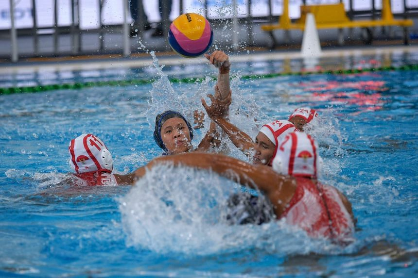 Loke En Yuan of Singapore tries a shot against Indonesia during the SEA Games Women's water polo match on Aug 15, 2017.