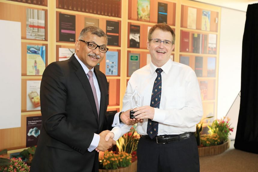 Professor Jeffrey Pinsler receiving the inaugural Academy Publishing Award from Chief Justice Sundaresh Menon. Prof Pinsler's book Ethics And Professional Responsibility is the best-selling title from Academy Publishing's Law Practice series, having sold