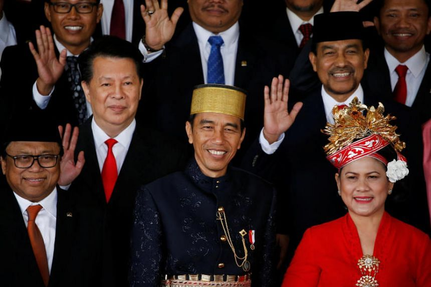 Indonesia president Joko Widodo (C) with his wife Iriana (R) with parliament members pose for pictures after delivering a speech in front of parliament members ahead of Thursday's independence day in Jakarta, Indonesia, August 16, 2017.