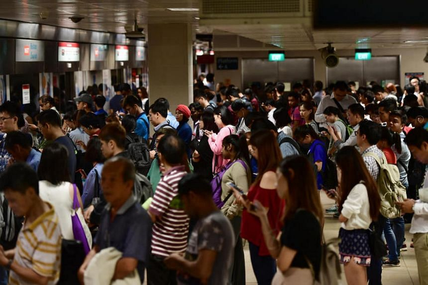 Photos of commuters waiting for the train at Bishan MRT on 17 Aug 2017.