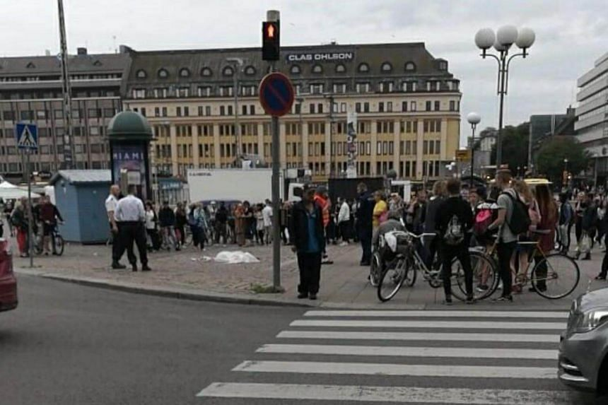 Armed police scrambled to Turku as a group said to be armed with blades reportedly stabbed several people.