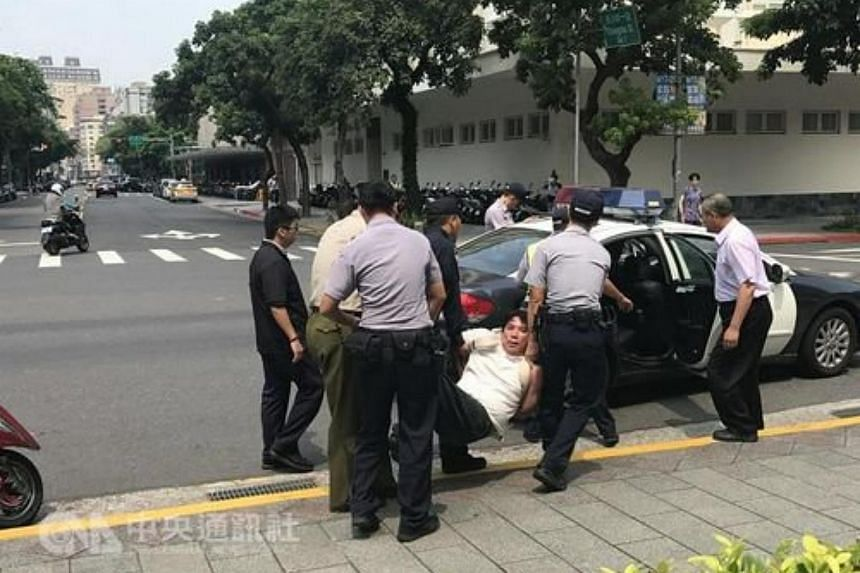 A samurai sword-wielding attacker carrying the national flag of China slashed a military police guard outside Taiwan's presidential office on Friday (Aug 18).