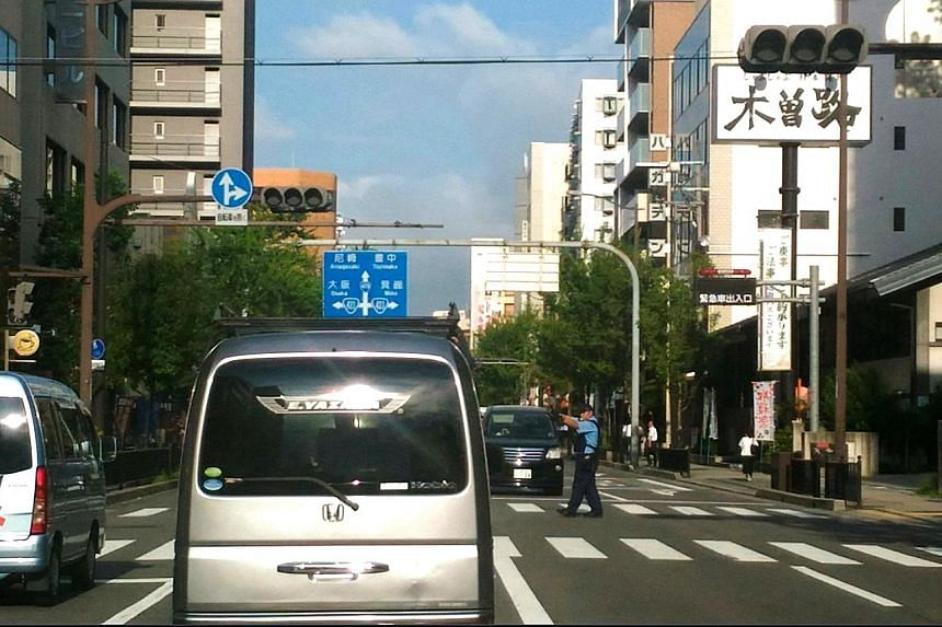 Traffic lights went black at several major intersections in Osaka yesterday during the nearly 12-hour-long blackout that affected homes, hospitals and supermarkets as well. Train systems, however, were unaffected as they use a separate power network.