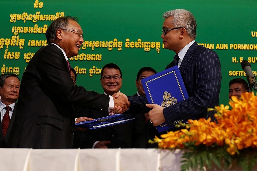KrisEnergy Group chairman Tan Ek Kia (left) with Cambodian Minister of Economy and Finance Aun Pornmoniroth at the signing ceremony in Phnom Penh yesterday. As part of the deal, a 5 per cent interest in the entire concession area will be transferred
