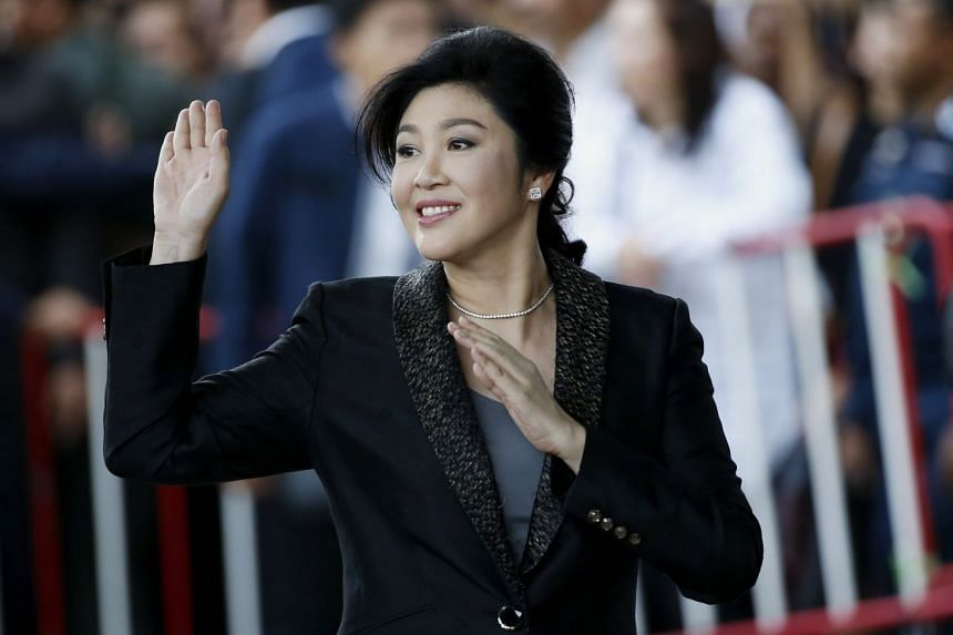 Former Thai prime minister Yingluck Shinawatra waves to supporters outside court, Aug 1, 2017.