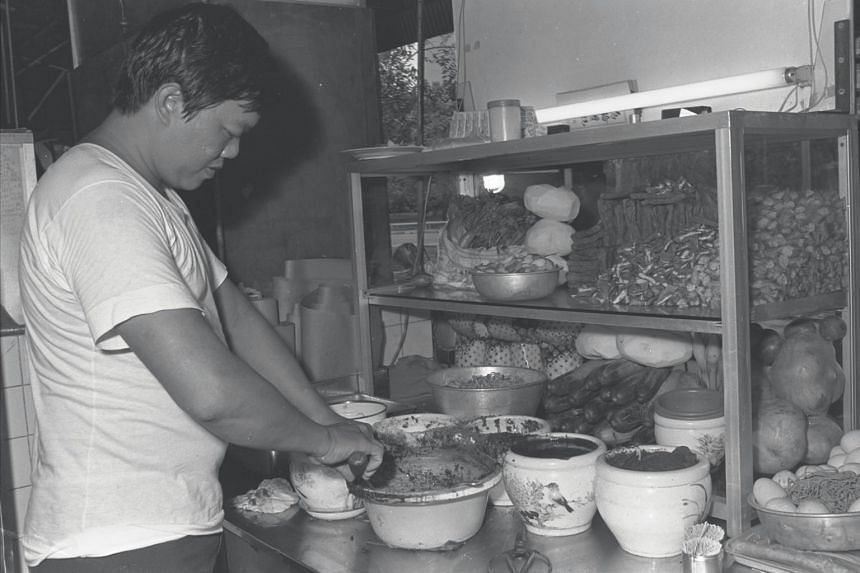 Mr Lim Ngak Chew, 34, making rojak at his Hoover Rojak stall in Balestier Road on Aug 17, 1980.
